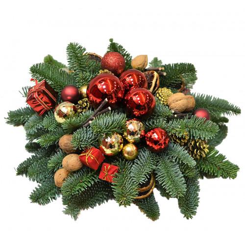 Новогодняя композиция красно-золотая с орехами