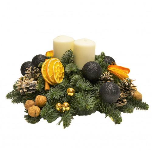Новогодняя композиция с белыми свечами и апельсинами